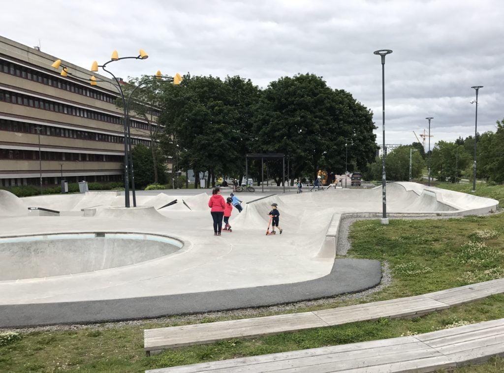 Barn åker i skateparken i Åva, Täby