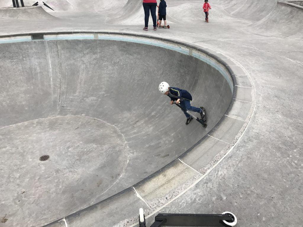 Kickbikeåkare i Täby Åva skatepark